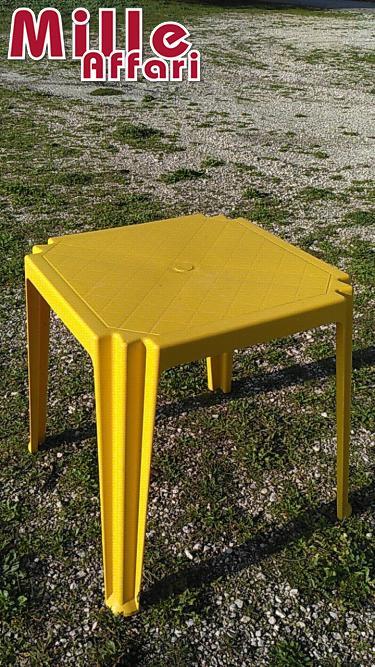 Tavoli In Plastica Impilabili.Tavoli 70x70x72h In Plastica Gialla Impilabili Ingombro Max